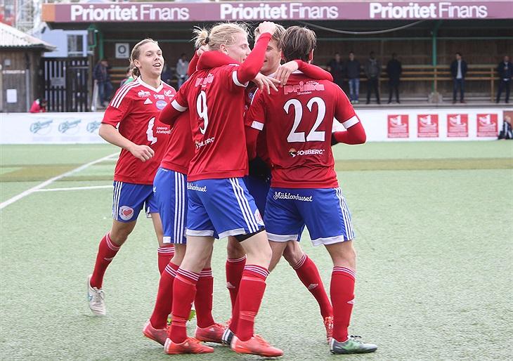 Laget framför jaget. Alla är alltid med och klappar om målskytten. Foto   Leif Lundvall 4d94404d5ab16
